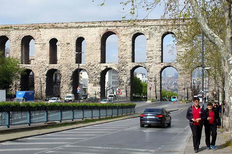 Акведук Валента, по которому вода поступала в подземное водохранилище.