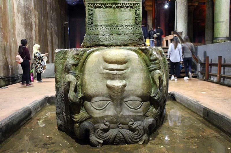 Перевернутая голова медузы в Цистерне Базилике.