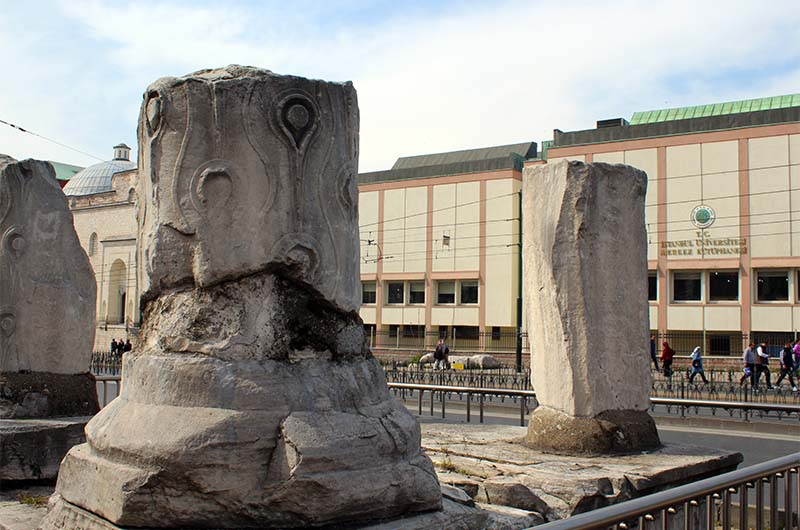 Колонны из триумфальной арки, подобные Плачущей колонне в цистерне.