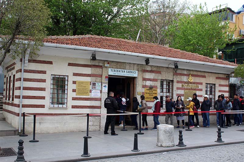 Вход в Цистерну Базилику в Стамбуле. Внешне ничем не примечателен.