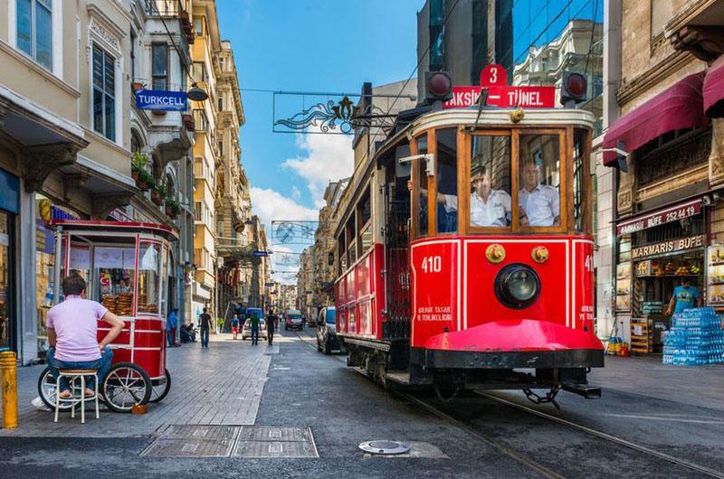 Исторический трамвай на улице Истикляль.