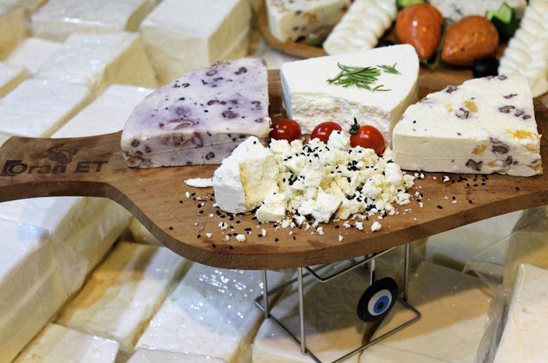 Дегустация сыров во время гастрономического тура.
