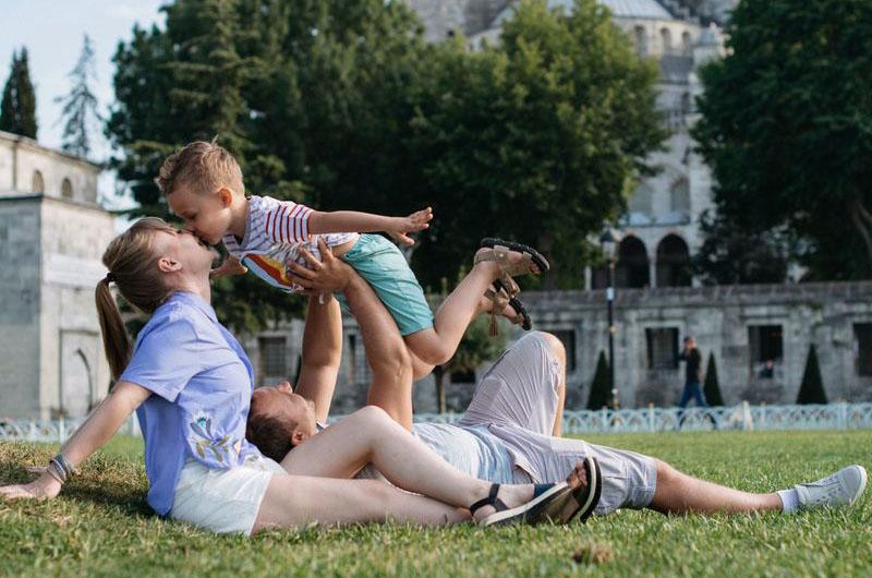 Семейная фотосессия на фоне достопримечательностей города.