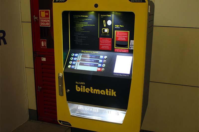 Экран автомата по продаже транспортных карт на станции фуникулёра.