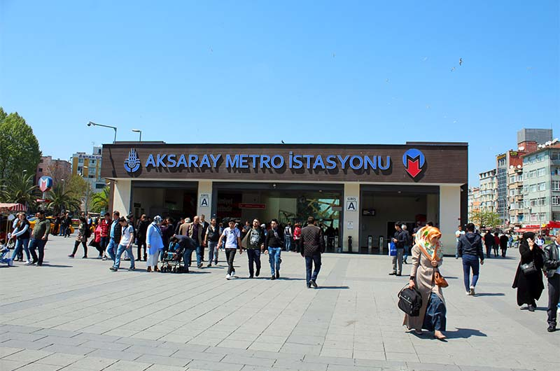 Вход на станцию метро Аксарай.