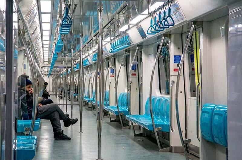 В электричке стамбульского метро.