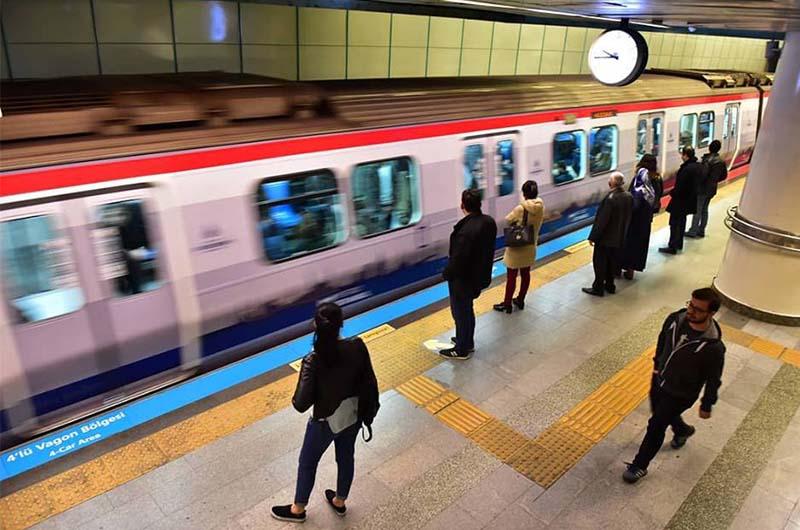 На станции метро.