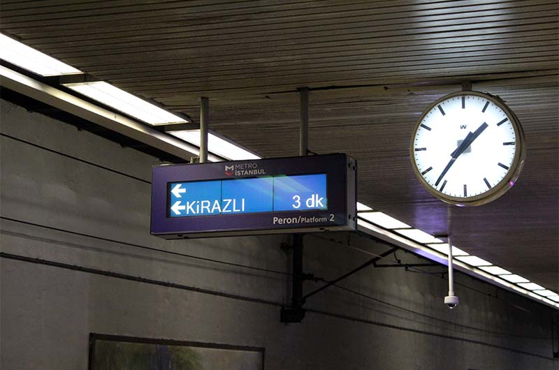 Информационное табло на станции Аксарай.