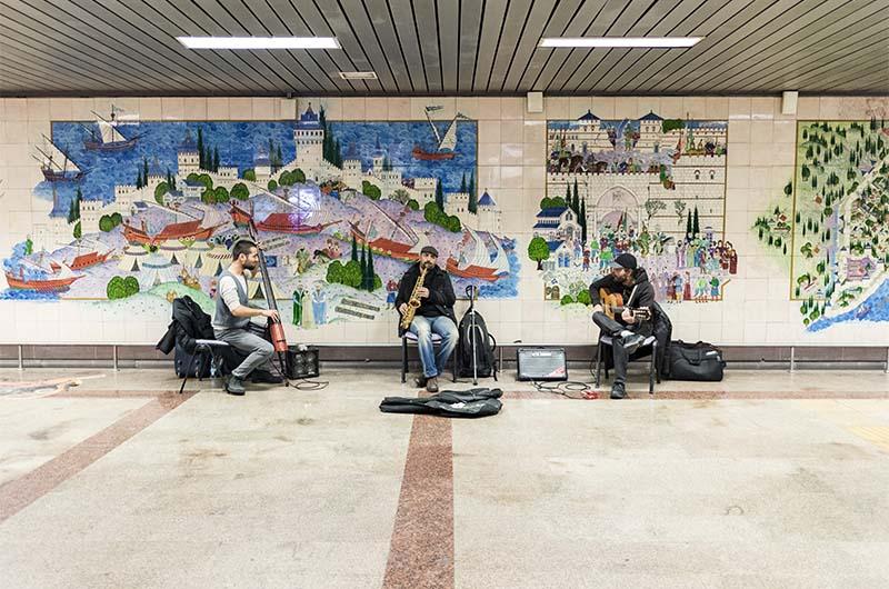 Музыканты на станции метро.