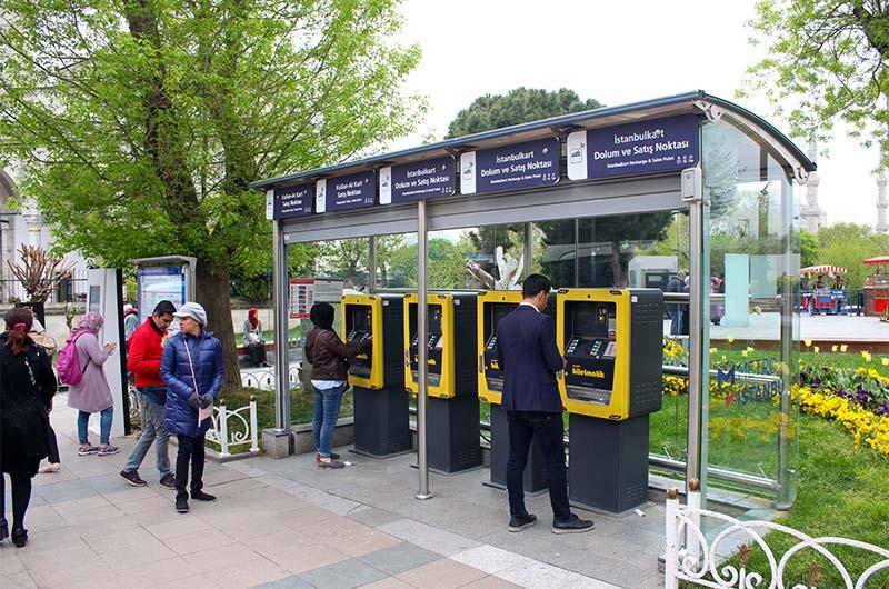 Автомат для продажи транспортной карты на остановке скоростного трамвая Султанахмет.