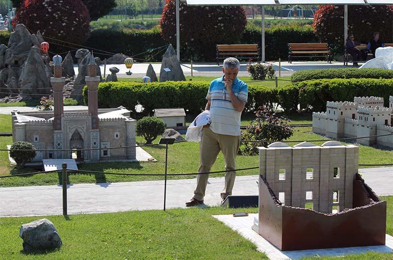 Посетитель-гулливер осматривает библиотеку Цельса.