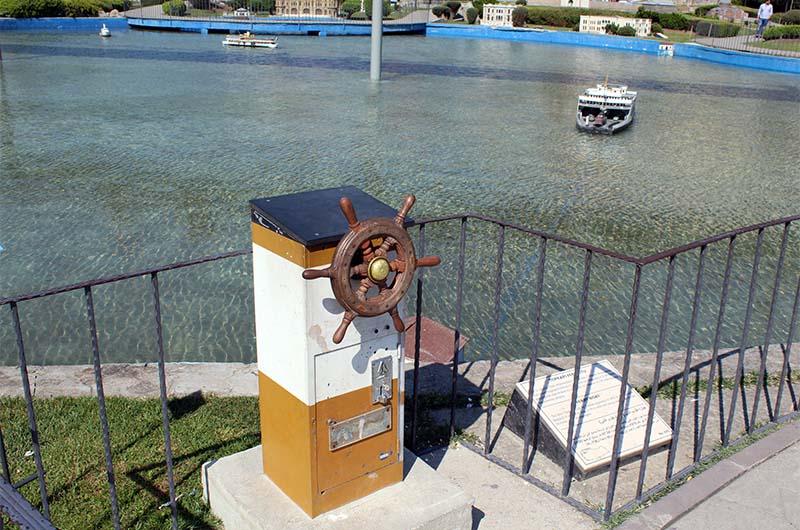 Если бросить монетку в монетоприемник, то можно этим штурвалом управлять корабликом, который плавает в пруду.
