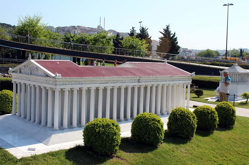 Макет храма Артемиды в Эфесе. Одно из семи чудес света.