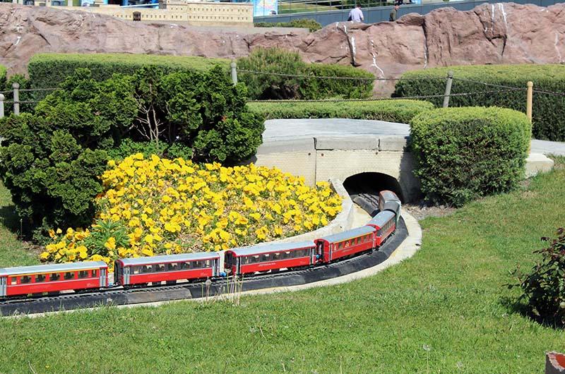 Действующая миниатюрная железная дорога в парке.