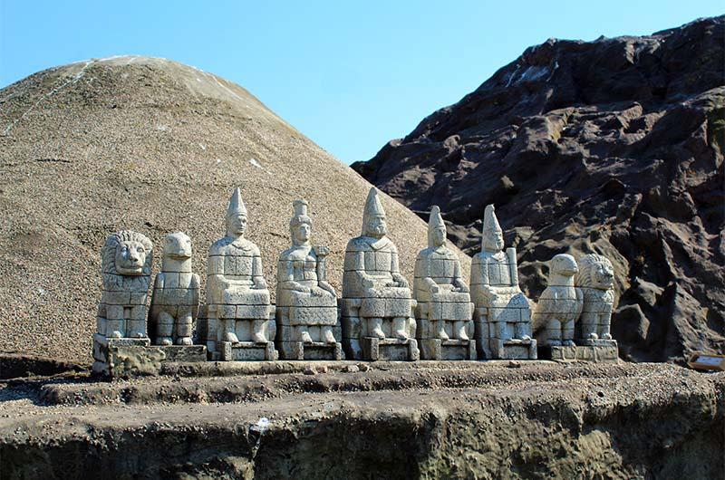 Очень реалистичный макет статуй на горе Немрут.