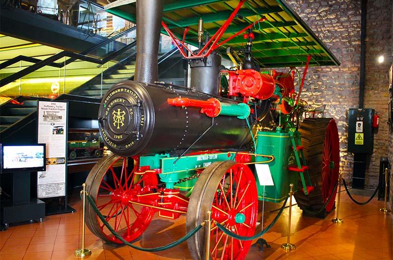 Маленький паровоз в павильоне  музея.