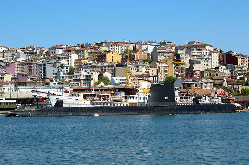 Подводная лодка, в которой проводят экскурсии. Вид с прогулочного парома, идущего по Золотому Рогу.