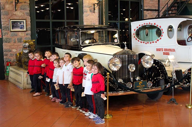 Организованная детская экскурсия в зале ретроавтомобилей.