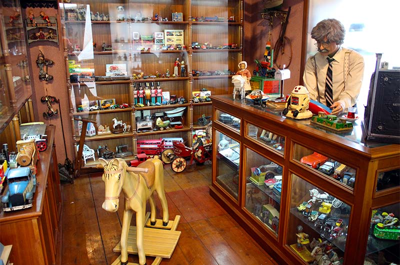 Воссозданный интерьер магазина игрушек.