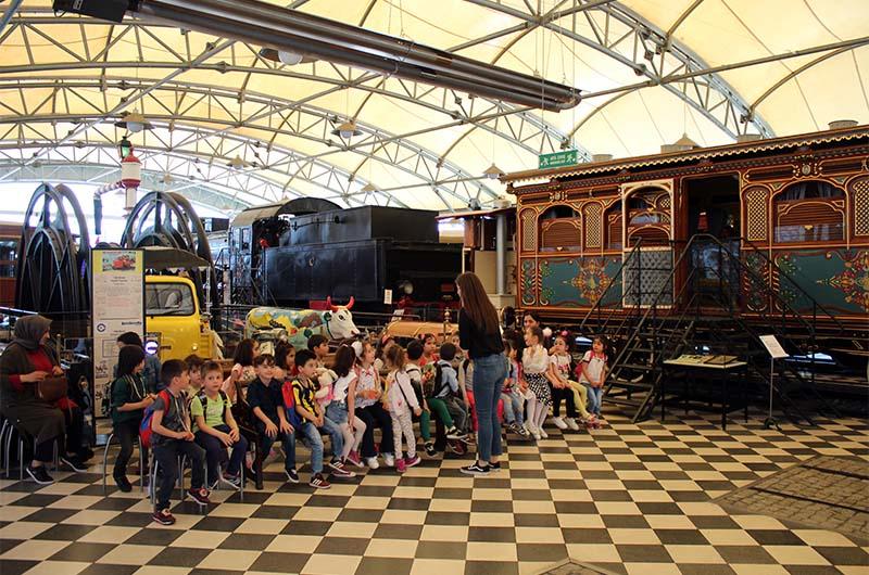 Павильон железнодорожной техники одновременно является местом проведения занятий для детей.
