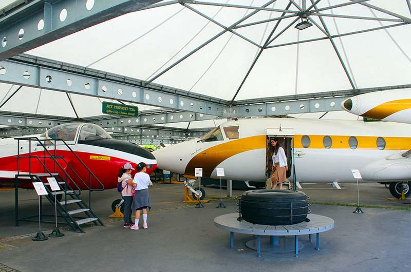 Самолеты в одном из павильонов.