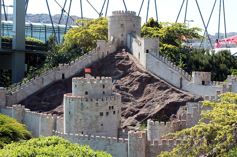 Макет крепости, выставленный в парке Миниатюрк. Так она выглядит со стороны пролива Босфор.