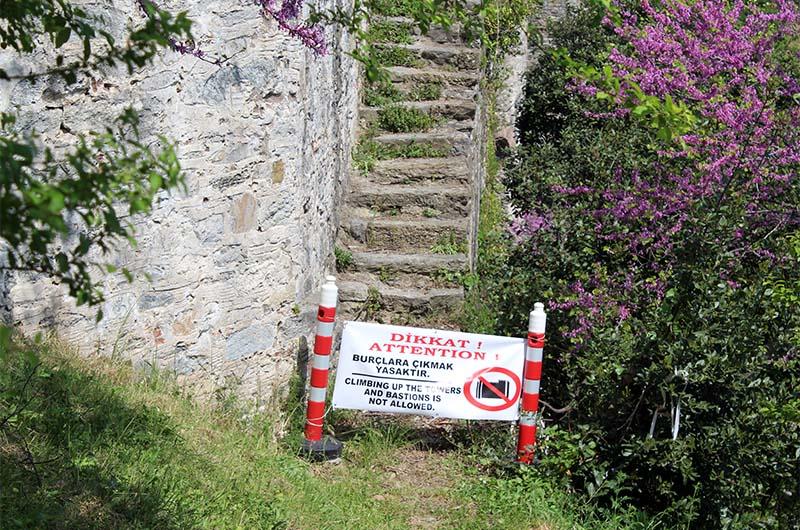 Подниматься на крепостные стены запрещено.