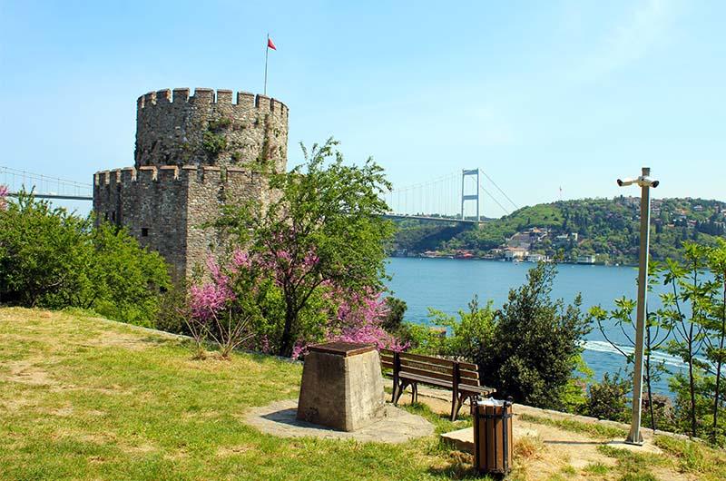Вид со смотровой площадки на пролив Босфор.