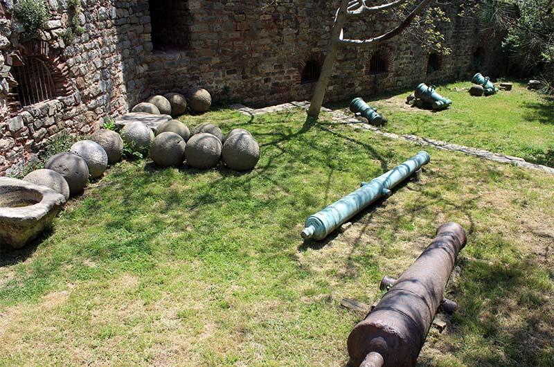 Каменные ядра и пушки в первом дворе крепости (рядом с кассой).
