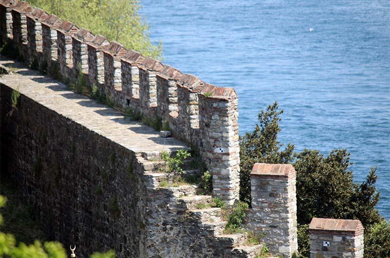 Стена крепости, обращенная к Босфору.
