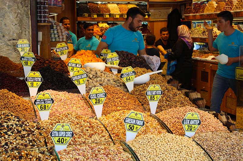 Лавка на открытом продуктовом рынке.