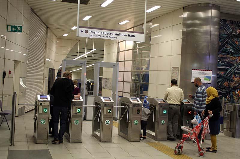 На станцию фуникулера проходят через турникет. Оплачиваю проход транспортной картой.