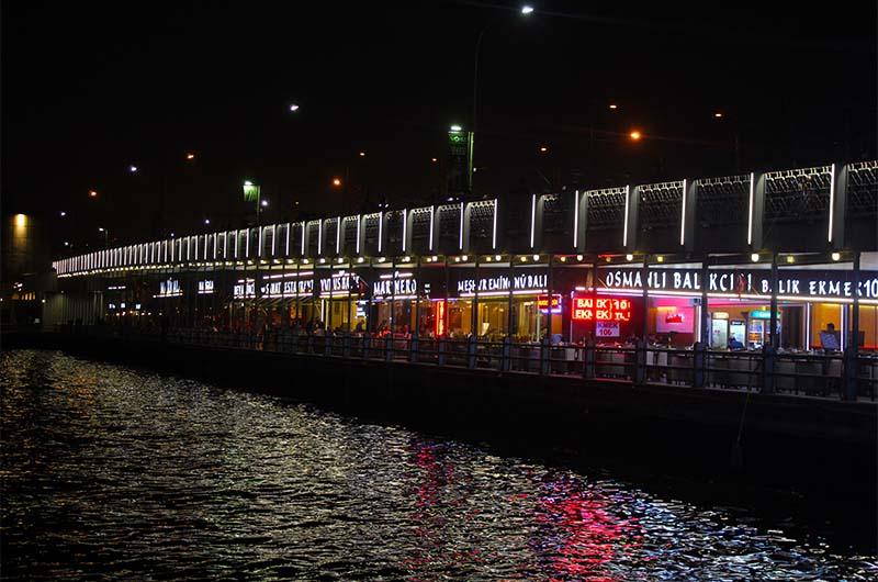 Так Галатский мост в Стамбуле выглядит ночью.