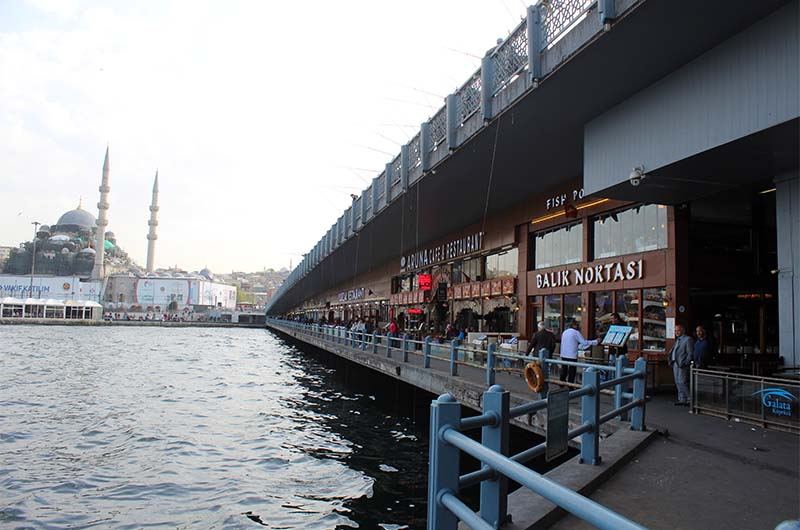 Рестораны на Галатском мосту находятся на нижнем ярусе.