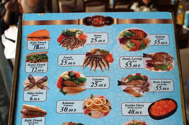 Меню одного из «ресторанов». Он называется Osmanli Balikcisi. Это скорее забегаловка, но там вполне можно брать балык экмек. Об этом блюде будет написано ниже. Расплачиваясь, будьте внимательны, потому что обсчитывать – это у турок в традиции.