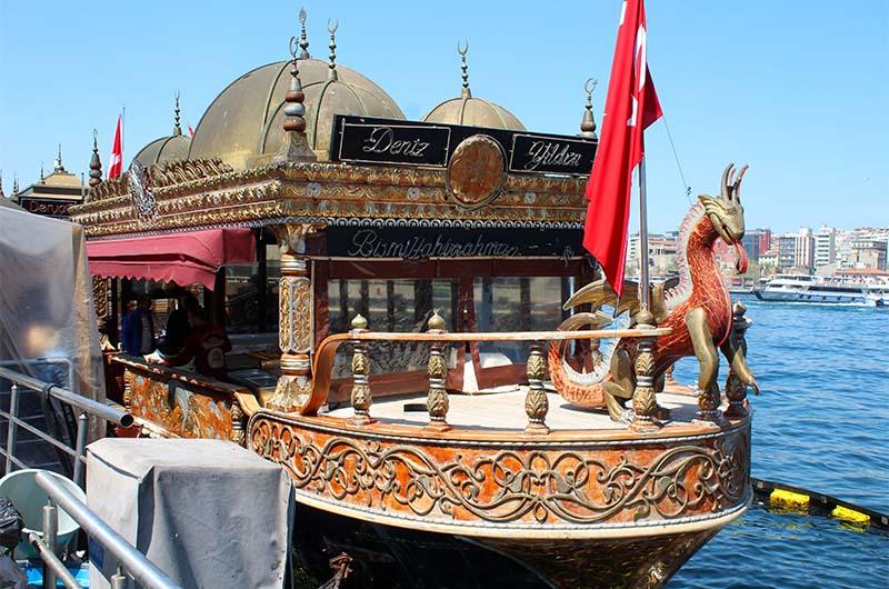 Балык экмек продают и рядом с мостом с плавучих «ресторанчиков».