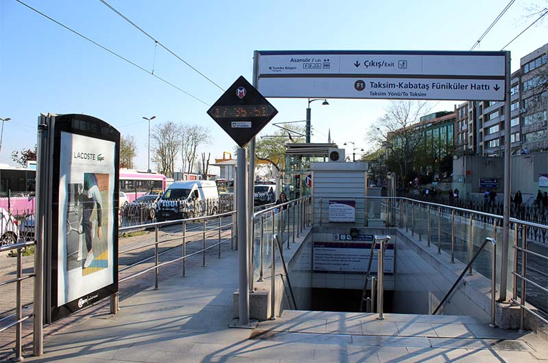 Связка трамвайной линии с линией фуникулёра. Это остановка трамвая Кабаташ. Прямо на ней есть подземный переход на линию фуникулёра, который поднимет вас на площадь Таксим.