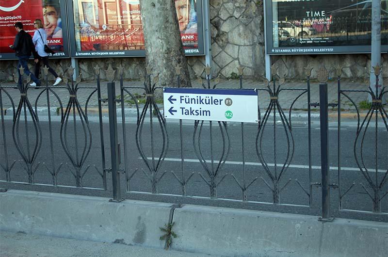Указатель на остановке трамвая для перехода на линию метро M1 и на линию фуникулёра F1.