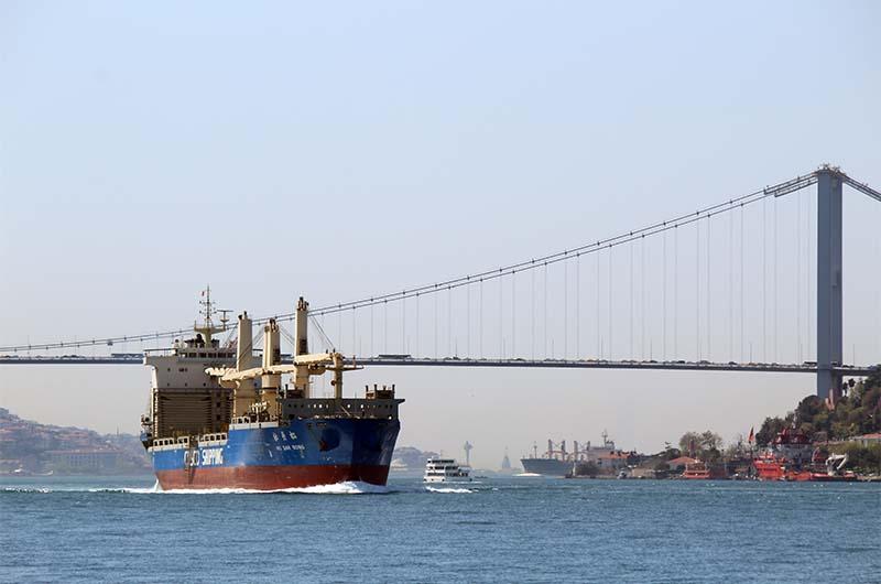 Вид на Босфор с палубы парома. Очень впечатляют такие огромные корабли.