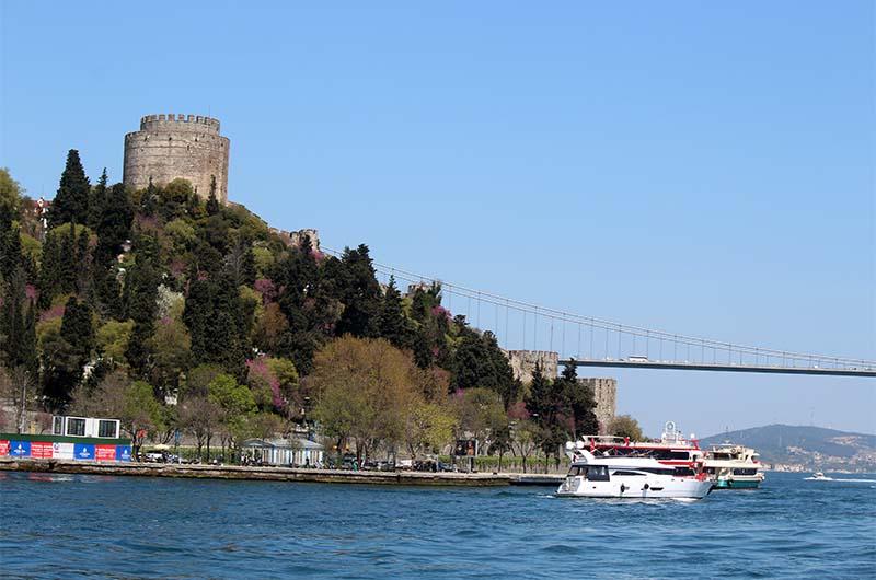 Крепость Румели Хисар стоит в самом узком месте Босфора. До неё доплывают при любом виде тура по Босфору.