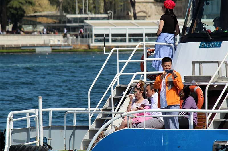 Туристы плывут по Босфору.