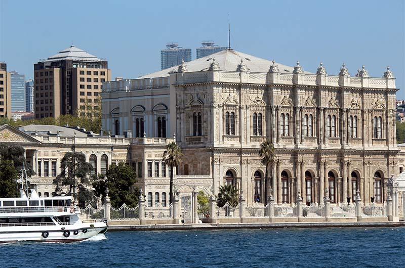 Вот так выглядит дворец Долмабахче со стороны пролива.