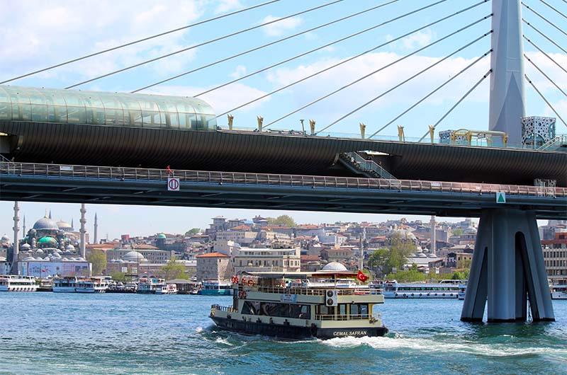 Там, где Золотой Рог впадает в Босфор, он довольно широкий.