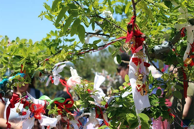 Одна из традиций – вешать кусочки ткани на деревья.