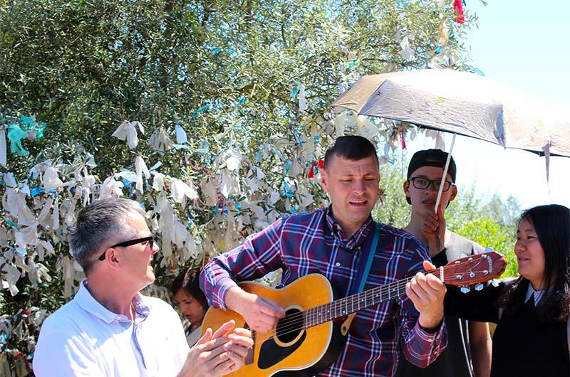 Во многих местах люди поют песни. Настоящий праздник.