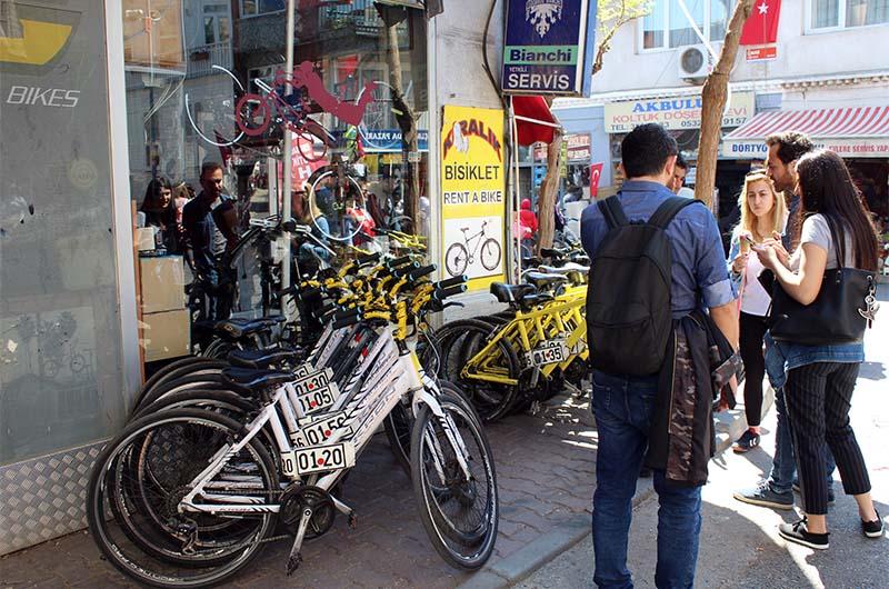 Около порта много мест проката велосипедов.
