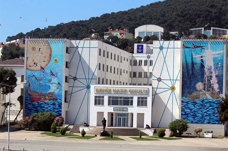 Граффити на стене одного из корпусов Военно-морской академии.