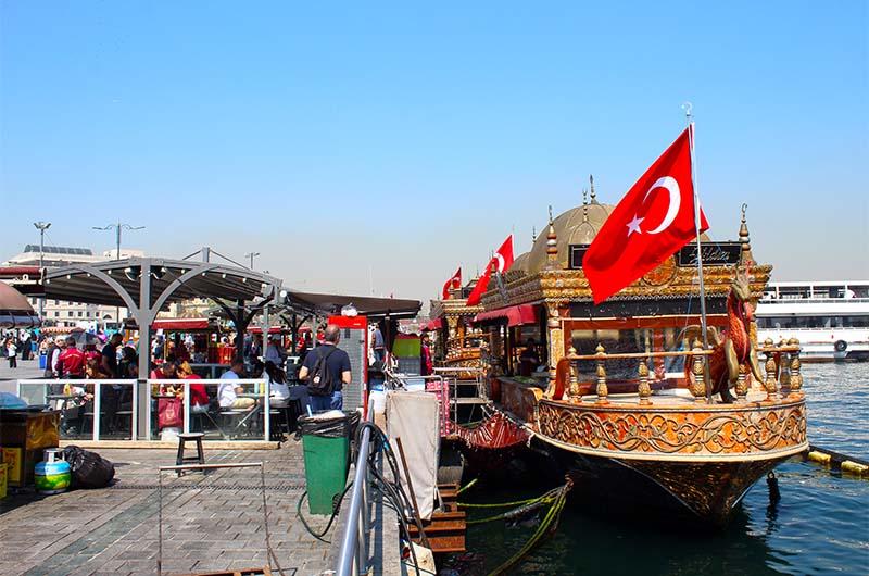 Рыбные лодки на Эминеню, где можно купить рыбный сэндвич (балык экмек).