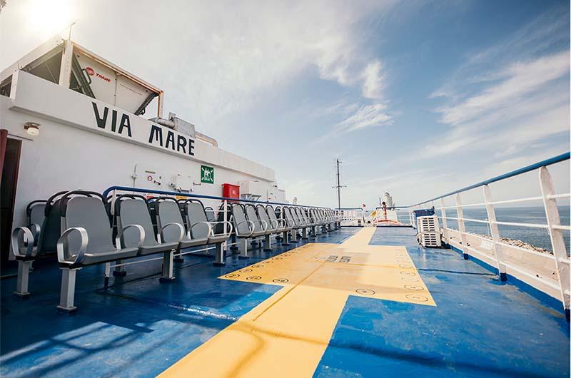 Верхняя палуба парома Виа Маре, который ходит на линии Ташуджу (Турция) – Кирения (Кипр).
