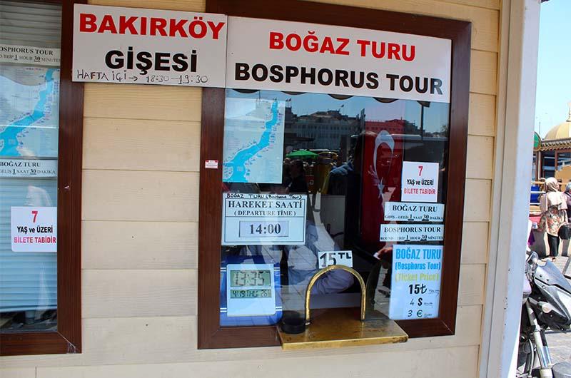 Касса, где продают билеты на тур по Босфору. Это касса компании ТурЙол.
